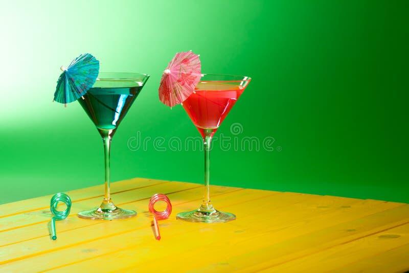 Exotische Cocktailgetränke Sommerferien-Strandfestalkohol stockbilder