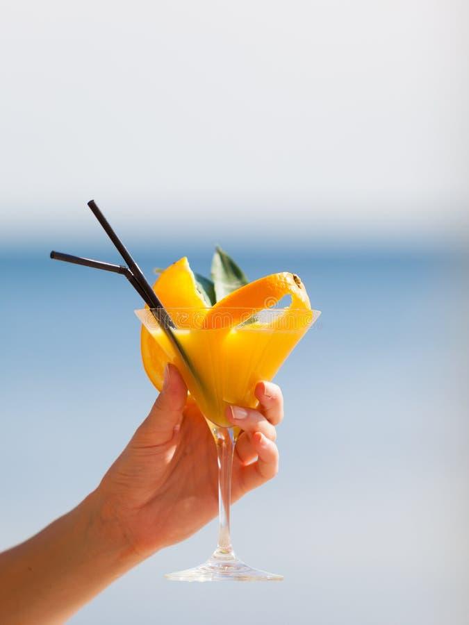 Exotische de zomerdrank in vrouwelijke hand royalty-vrije stock afbeelding