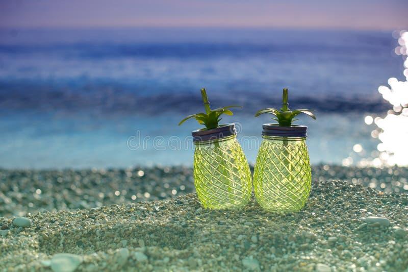 Exotische die de zomerdrank op hout wordt gediend Onduidelijk beeldstrand als achtergrond stock foto