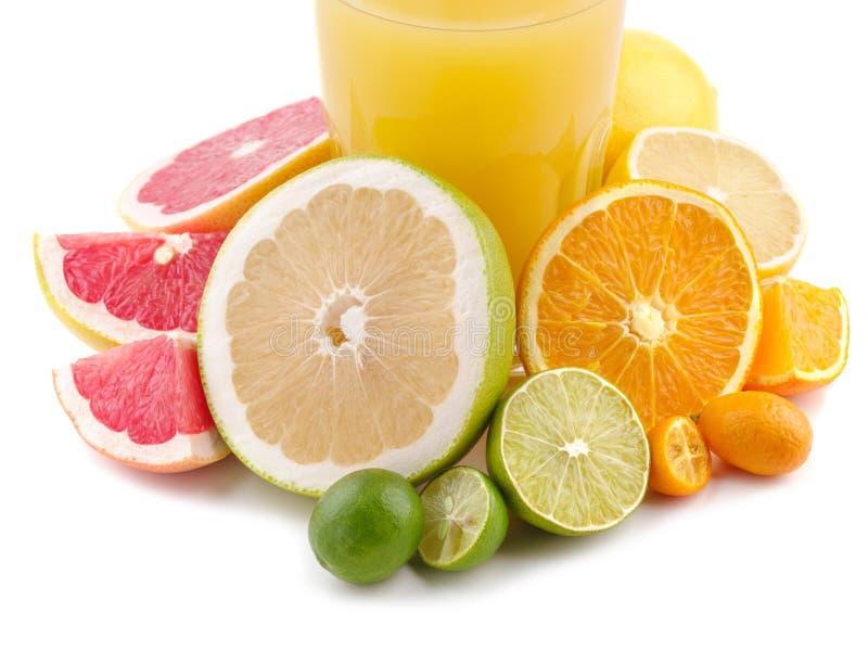 Exotische Ebenenlage Orangensaft mit exotischen Zitrusfrüchten herum stockfoto