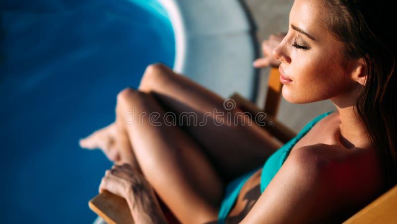 Exotische ein Sonnenbad nehmende und schwimmende Sch?nheit lizenzfreies stockfoto