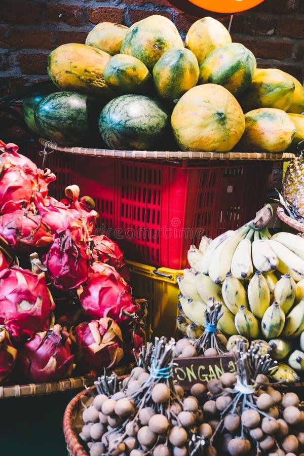 Exotische en tropische vruchten op de markt van Thailand, Vietnam Mini longan bananen, pitaya Dragon Fruit, papaja stock fotografie