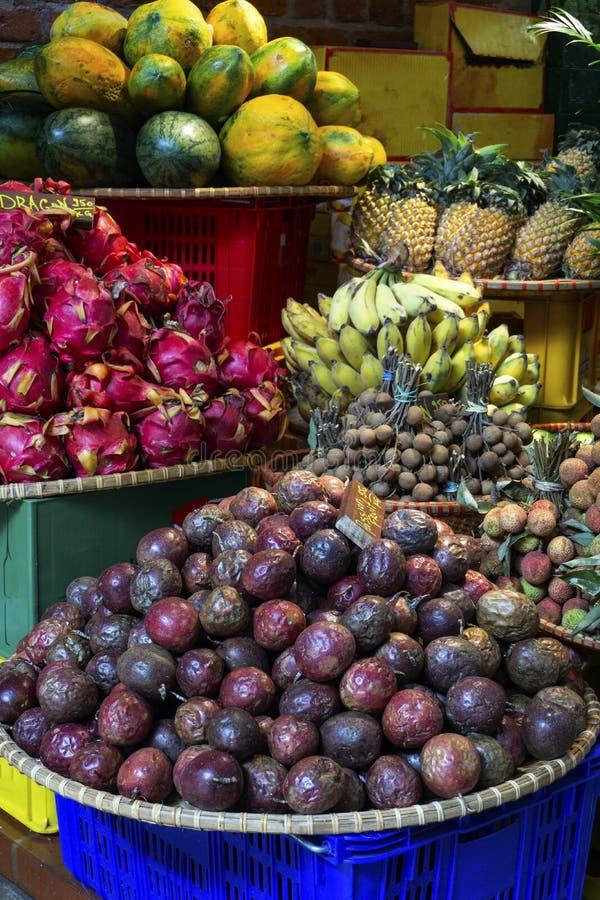 Exotische en tropische vruchten op de markt van Thailand, Vietnam Mini longan bananen, pitaya Dragon Fruit, papaja royalty-vrije stock afbeelding