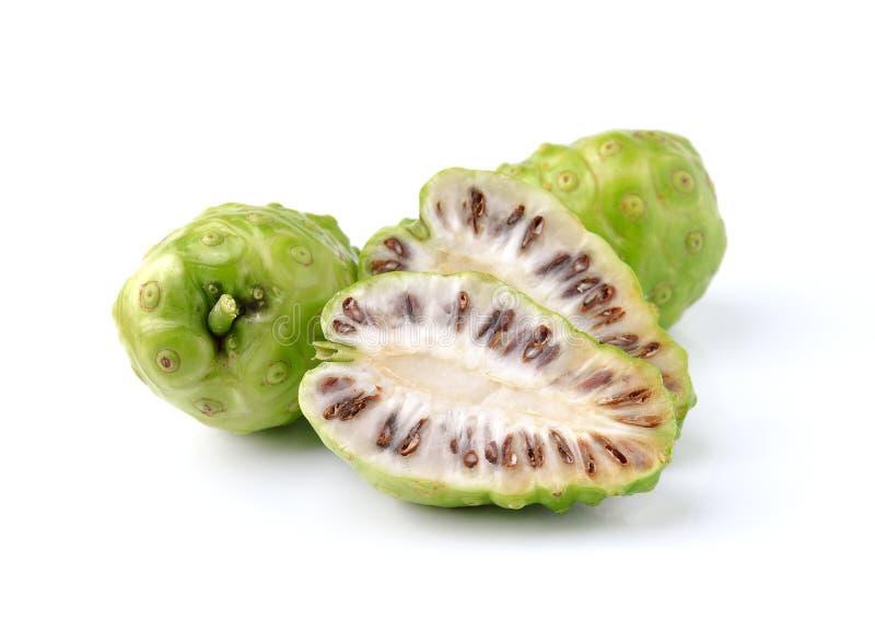 Exotische Frucht - Noni auf Weiß stockfoto