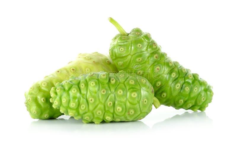 Exotische Frucht - Noni lokalisiert auf dem weißen Hintergrund lizenzfreie stockfotografie