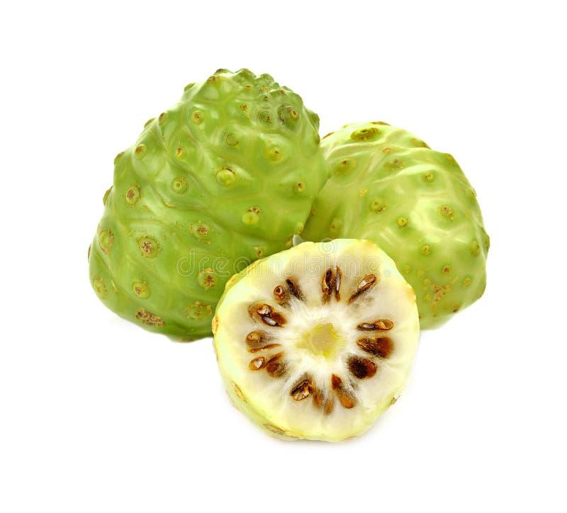 Exotische Frucht - Noni-Weißhintergrund stockfoto