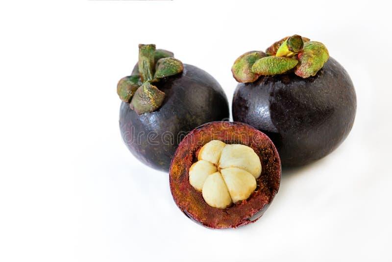 Exotische Fruchtmangostanfrucht ringsum ganze Hälften der köstlichen weißen Herzpaare auf lokalisiertem Hintergrund stockfoto