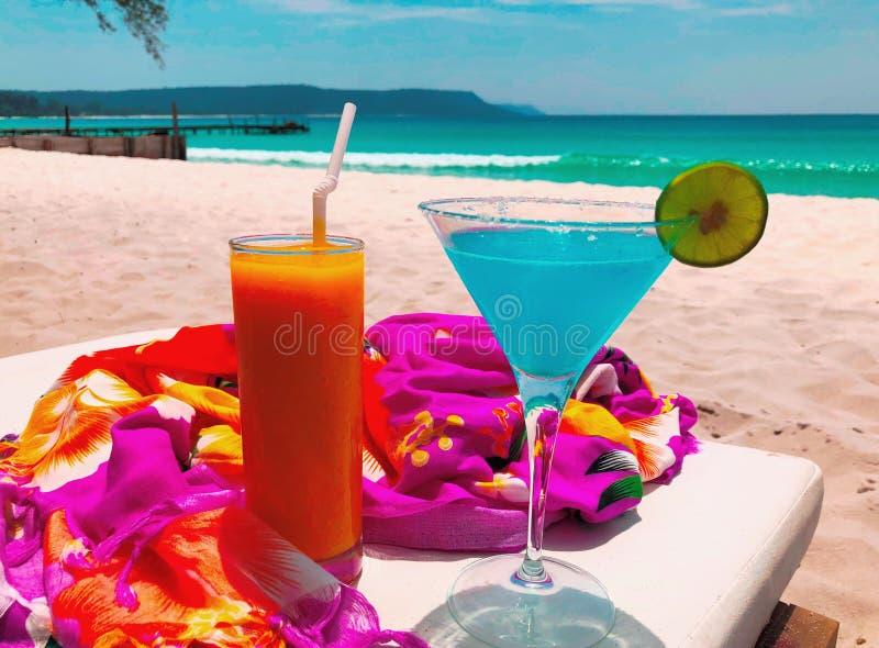 Exotische Kleurrijke Dranken op Sandy Beach royalty-vrije stock afbeelding