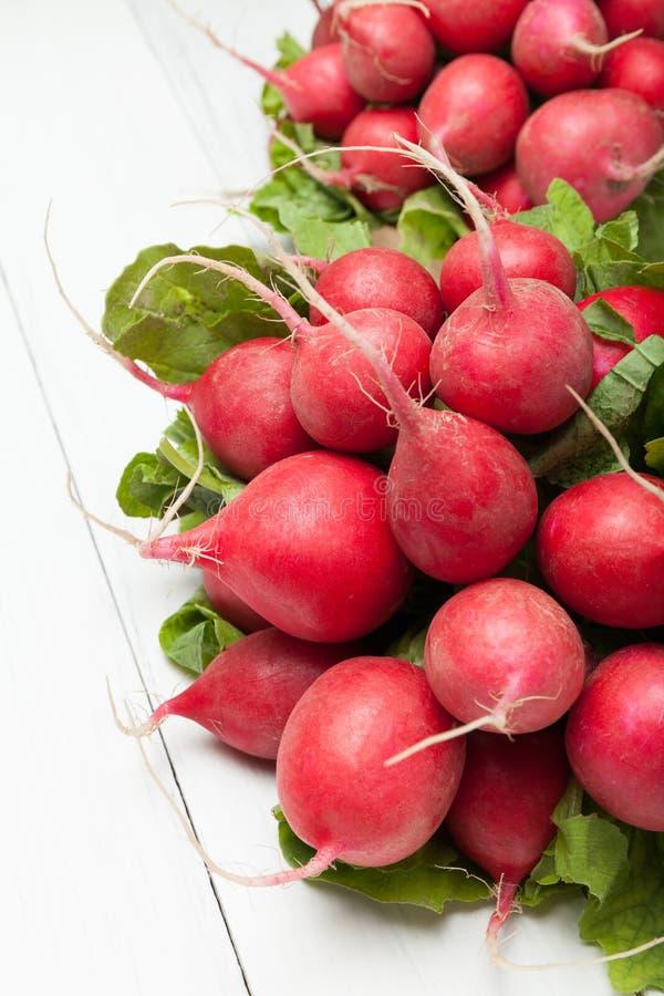 Exotische rode radijs, rood en wit plantaardig voedsel stock afbeeldingen