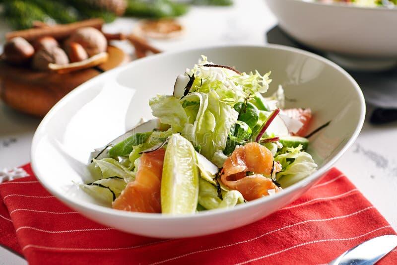 Exotische Salade met Gerookte Zalm stock afbeelding