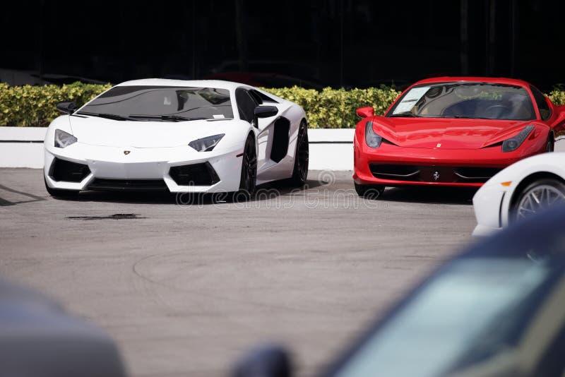 Exotische sportwagens voor verkoop stock fotografie