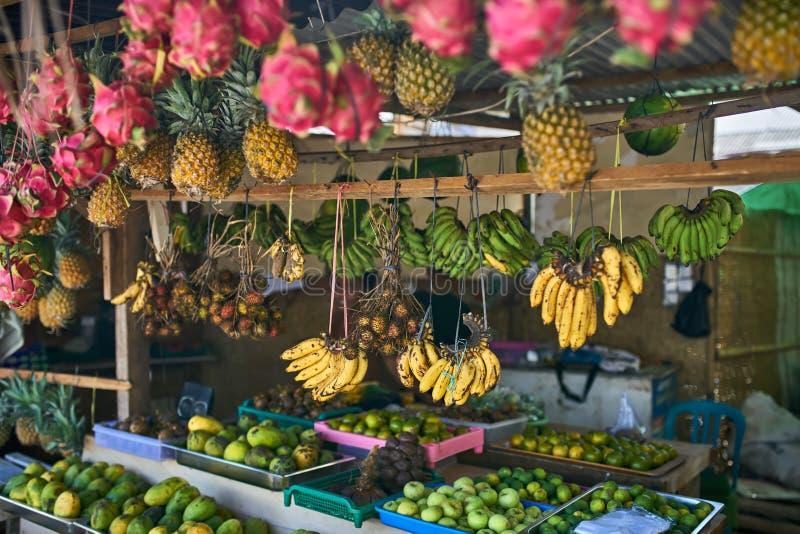 Exotische straatmarkt met velen kleurrijk tropisch fruit stock fotografie