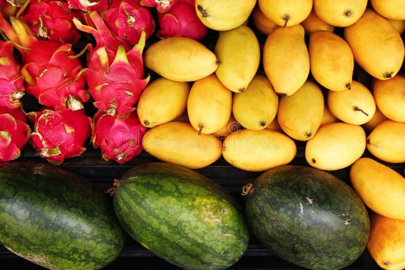 Exotische tropische Früchte Mango, Wassermelone, Drachefruchtnahaufnahme auf einem Markt lizenzfreie stockbilder