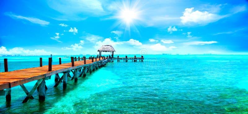 Exotische tropische toevlucht Pier dichtbij Cancun, Mexico Reis en vakantiesconcept stock foto's