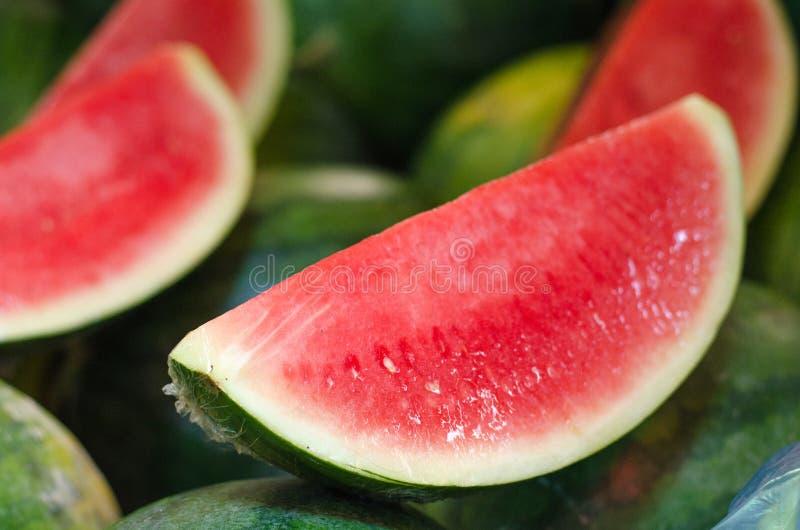 Exotische tropische vruchten, de vertoning van het watermeloenfruit in de verse markt stock foto's