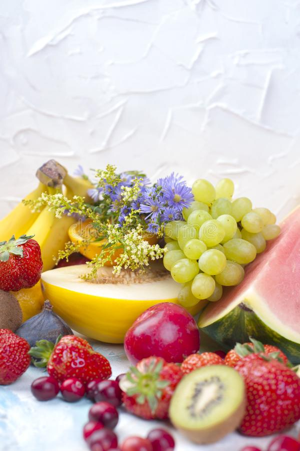 Exotische tropische vruchten op witte achtergrond, gezond voedsel, vegetarisch dieet De ruimte van het exemplaar royalty-vrije stock foto