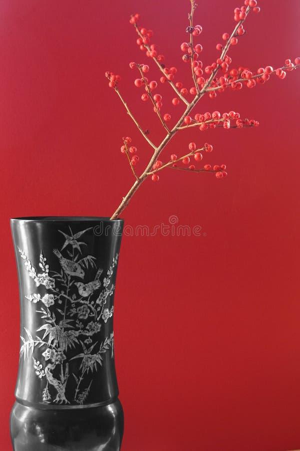 Exotische vaas met rode bessen royalty-vrije stock foto's
