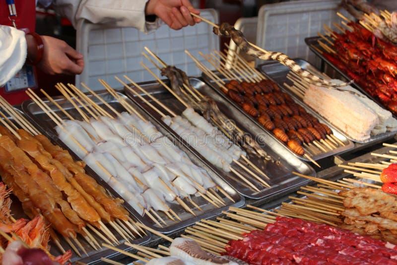 Exotische voedselmarkt Peking stock foto