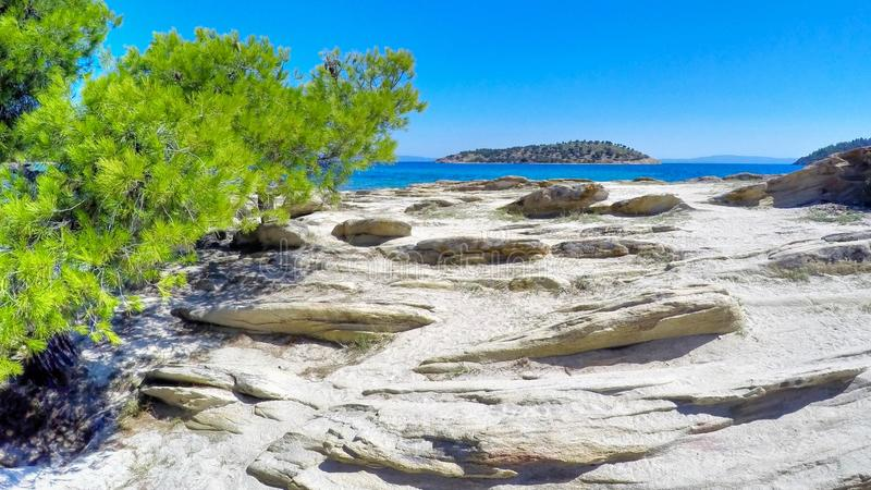 Exotischer felsiger Strand in einem griechischen Laguna lizenzfreies stockfoto