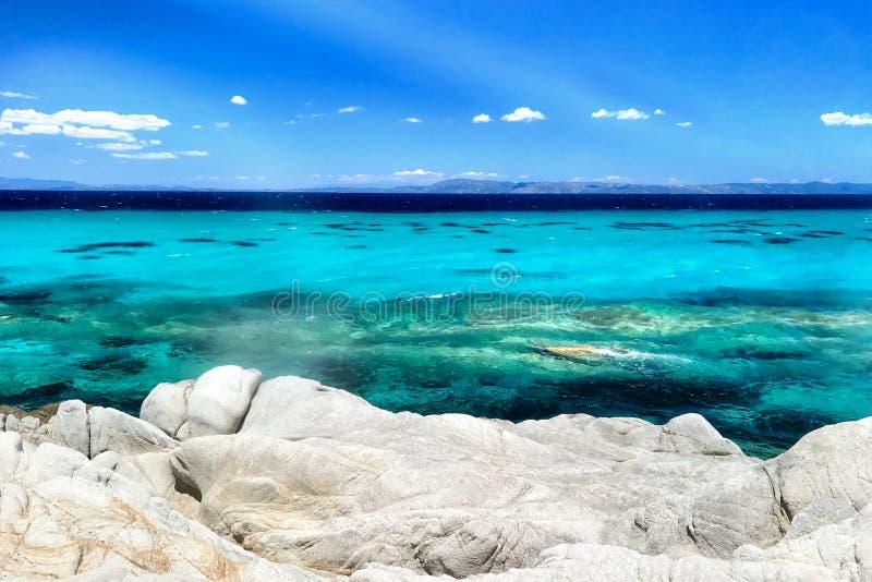 Exotischer felsiger Strand in einem griechischen Laguna, Sithonia lizenzfreie stockfotos