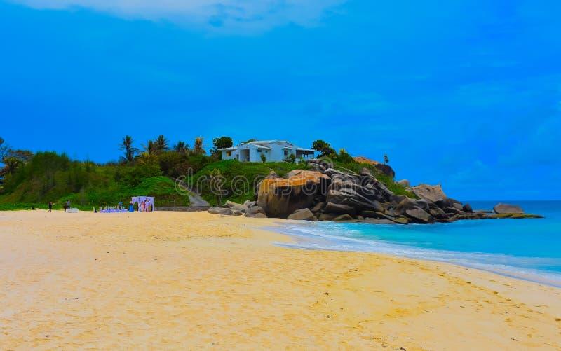 Exotischer Strand auf der Südküste auf Seychellen-Inseln lizenzfreie stockfotos