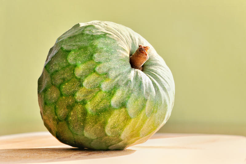 Exotisk fruktcherimoya på grön bakgrund arkivfoto
