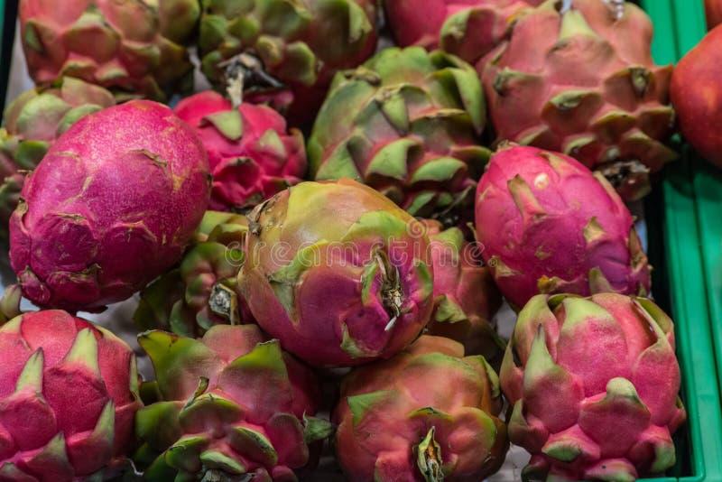 Exotisk fruktkorg i supermarket arkivbilder
