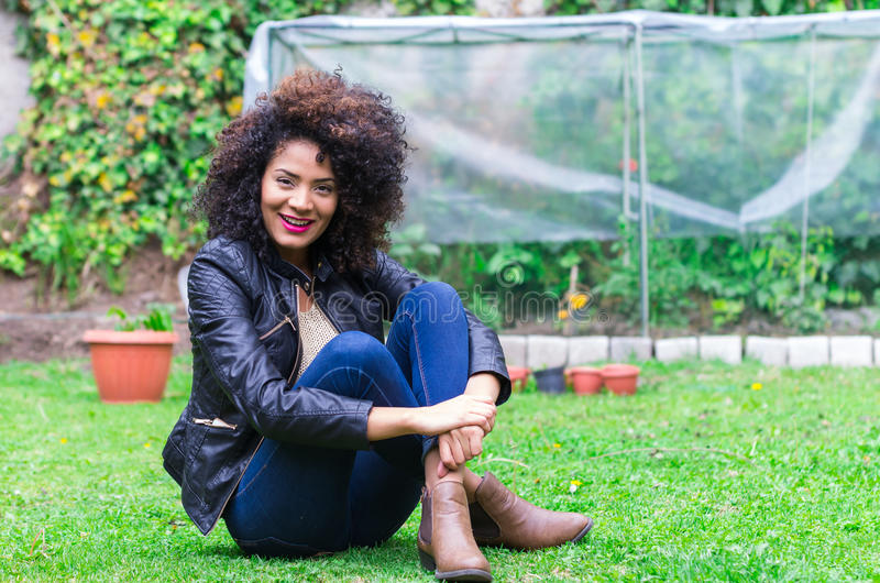 Exotisk härlig ung flicka som kopplar av i trädgården fotografering för bildbyråer