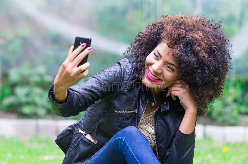 Exotisk härlig ung flicka som tar en selfie royaltyfri foto