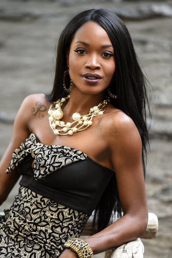 Exotisk seende afrikansk amerikankvinna i parkera arkivfoto