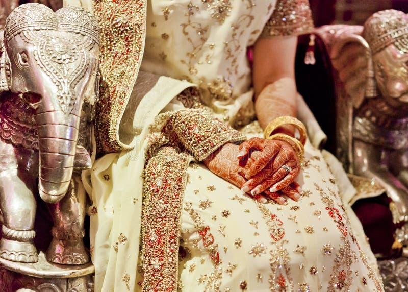Exotisk siden- bröllopsklänning med indiskt och asiatiskt tema royaltyfria foton