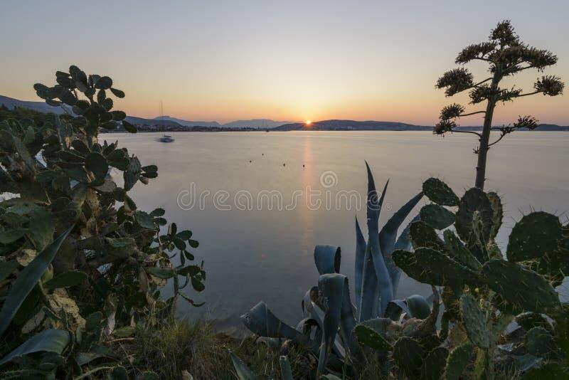 Exotisk soluppgång över Trogir arkivbild
