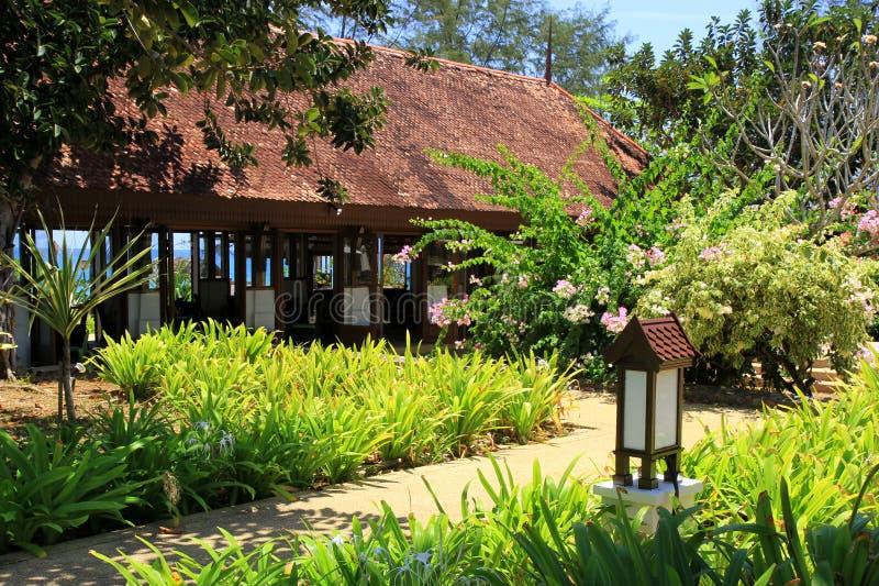 Exotisk trädgårds- paviljong royaltyfri bild