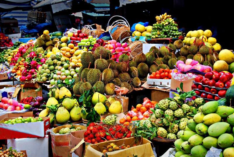 Exotiska frukter, asiatisk marknad royaltyfria bilder
