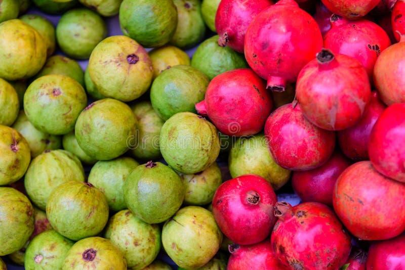 Exotiska frukter guava och granat royaltyfri foto