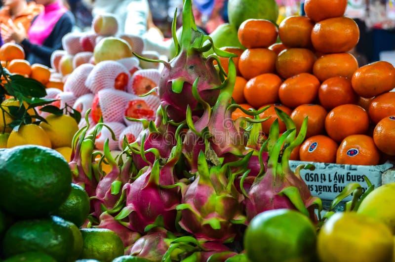 Exotiska frukter på marknad i till salu Vietnam arkivfoton