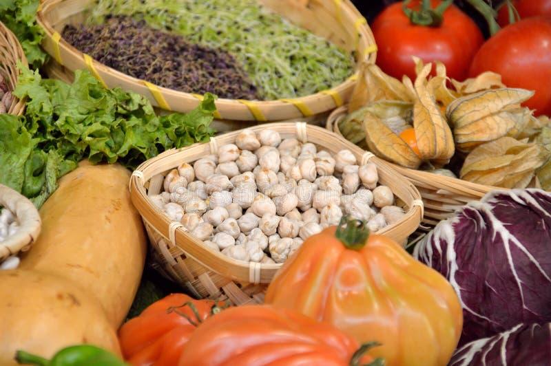 Exotiska grönsaker och frukter på greengroceryen royaltyfria bilder