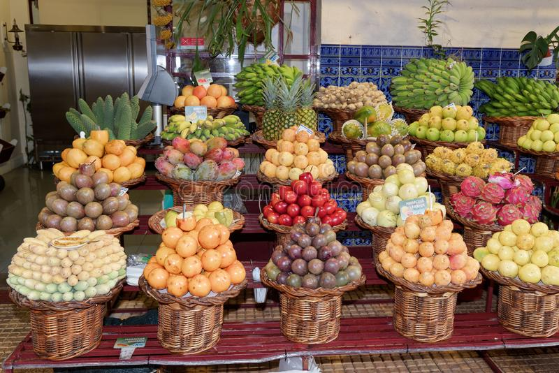 Exotiska tropiska frukter som är till salu i en marknad royaltyfria bilder