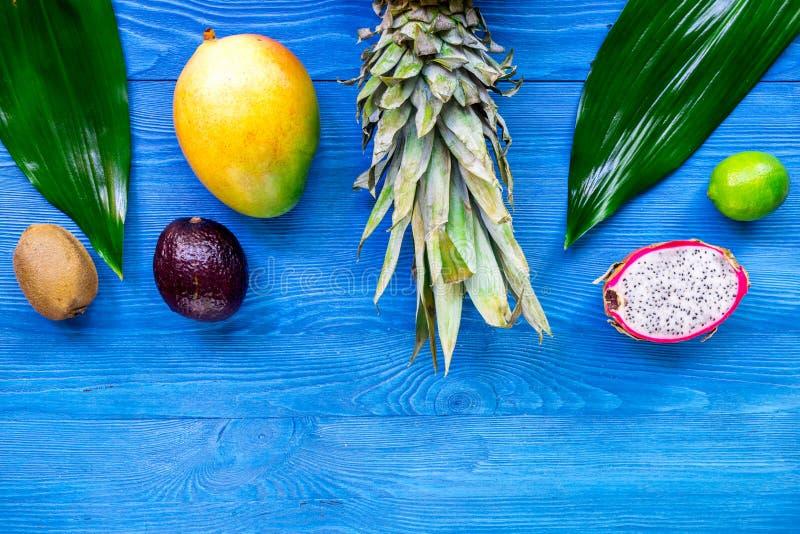 Exotiskt fruktmål Dragonfruit, mangosteen, mango, kiwi, limefrukt och ananas på blå träcopyspace för bästa sikt för bakgrund arkivbilder