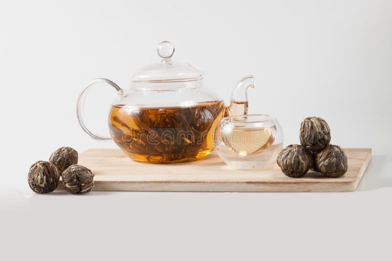 Exotiskt grönt te med blommate arkivbild