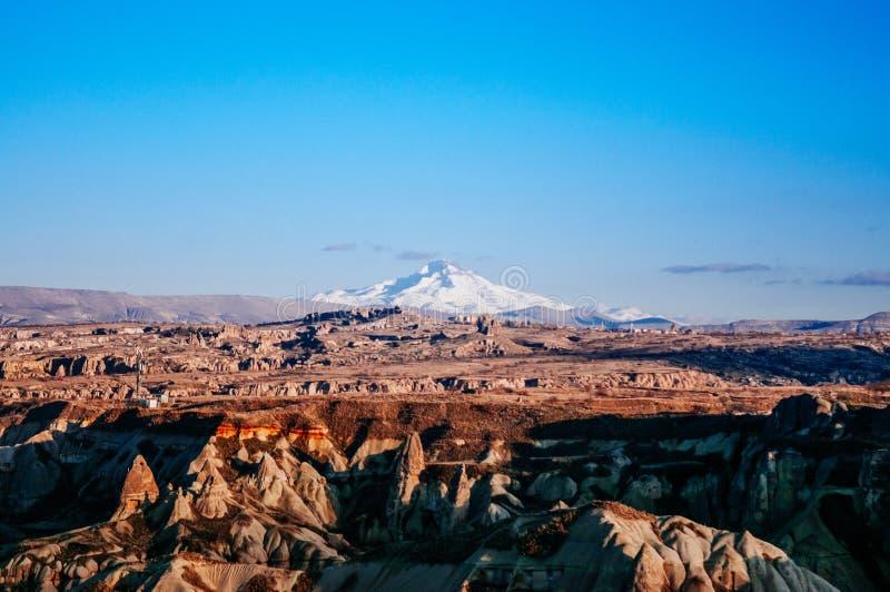Exotiskt vulkaniskt vaggar landskap och Mt Erciyes på klar himmeldag, fotografering för bildbyråer