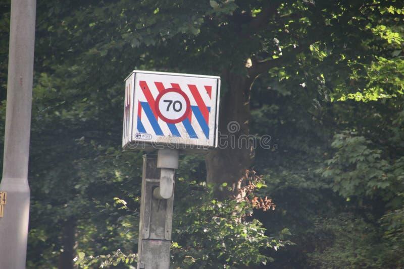 Expédiez l'appareil-photo de photo le long de l'autoroute N44 avec le rayage de police et la limitation de vitesse en kilomètres photos libres de droits