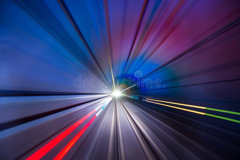 Expédiez la lumière du train et de la voiture dans le tunnel photo libre de droits