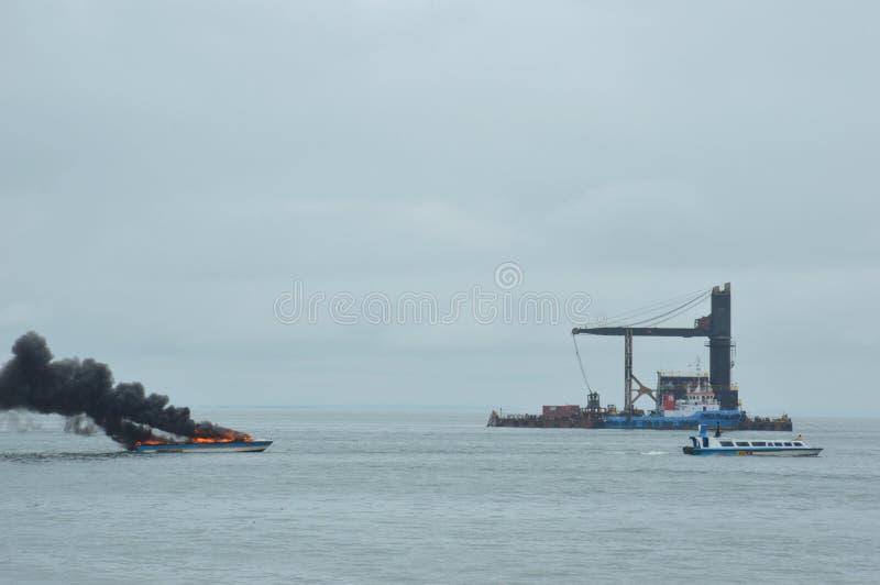 Expédiez le bateau sur le feu dans Tarakan, Indonésie images libres de droits
