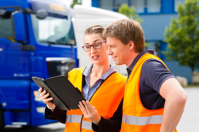 Expéditeur devant des camions sur un dépôt images stock