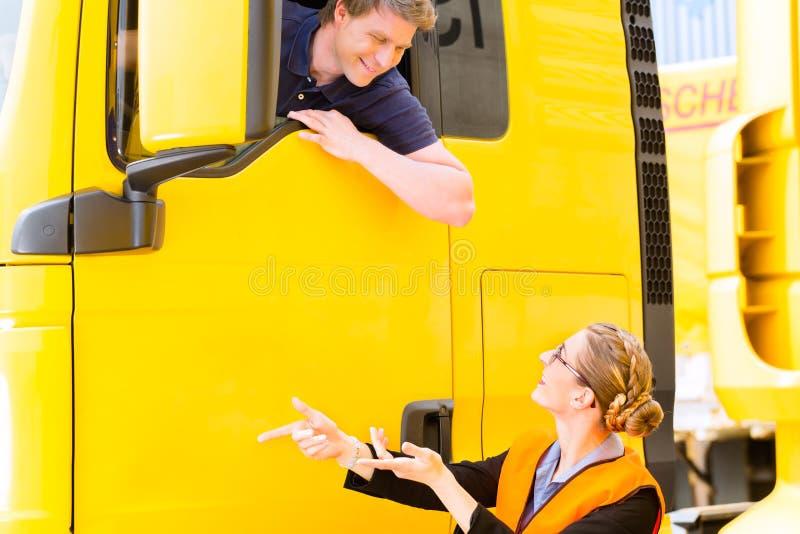 Expéditeur ou chauffeur de camion dans le chapeau de conducteurs photos stock