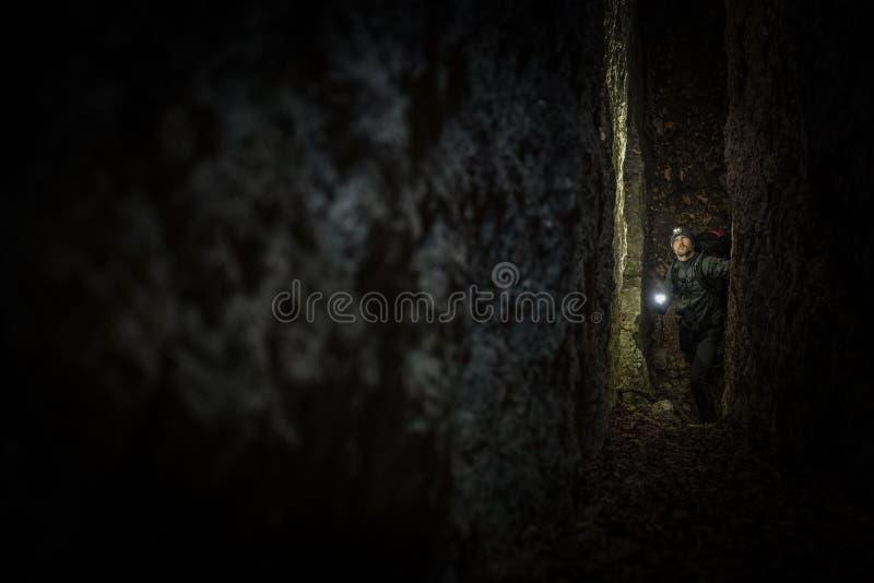 Expédition étroite de caverne images libres de droits