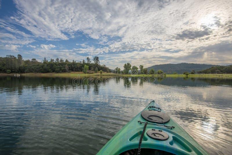 Expédition de kayak de matin dans le lac paisible images libres de droits