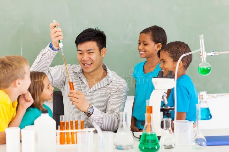 Expérience de la science d'école images stock