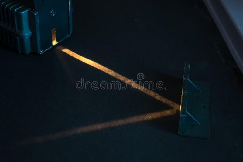 Expérience optique Démonstration de réflexion d'un faisceau lumineux dans un miroir photo libre de droits